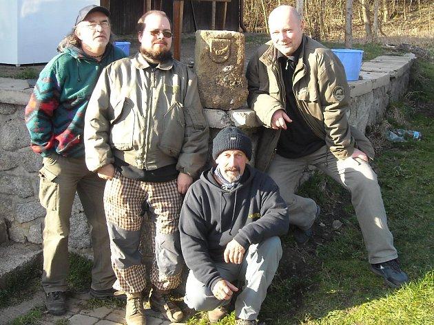 U nalezeného hraničního kamene zleva Jiří Klsák, Jan Tajer, Pavel Urie a Petr Zahradníček.