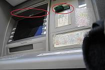 Skimmovací zařízení umístěné na bankomatu