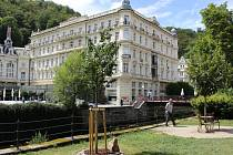 Parčík před Císařskými lázněmi, kde je už nyní nejen lavička Václava Havla, ale i strom bývalé první dámy Olgy Havlové.