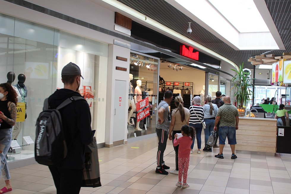Fronta před prodejnou oblečení pro mladé.