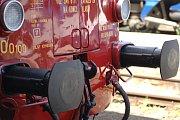 """Motorový vůz M 240.0100 během filmového festivalu vozil návštěvníky do porcelánky Thun v Nové Roli. Filmové téma znělo: """"Za novými holkami z porcelánu"""""""
