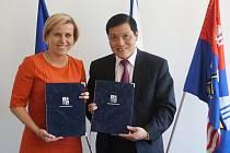 Dohodu podepsala hejtmanka Jana Vildumetzová a velvyslanec Vietnamské socialistické republiky Truong Manh Son.