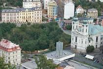 Karlovy Vary nabízejí pohled na nádherné, urbanisticky úchvatné město. Památky ale z mizí a investoři chystají novostavby, proti nimž se zvedla vlna nesouhlasu. To je příklad hotelu Grand Majestic, který má vyrůst vedle chrámu sv. Maří Magdaleny.