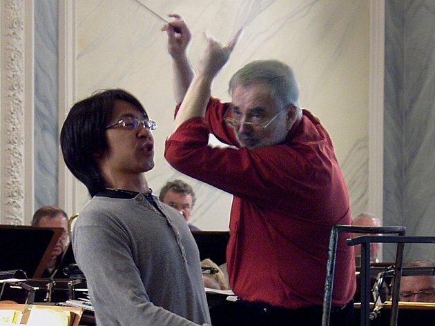 Na dnešním koncertu v Lázních III se spolu s Karlovarským symfonickým orchestrem představí na dvacet zahraničních pěvců.