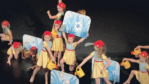 Taneční skupina Mirákl zahájila v pátek slavnostní ukončení festivalu Oty Hofmana v Ostrově. Po nich na pódiu organizátoři ocenili nejlepší snímky letošního ročníku.