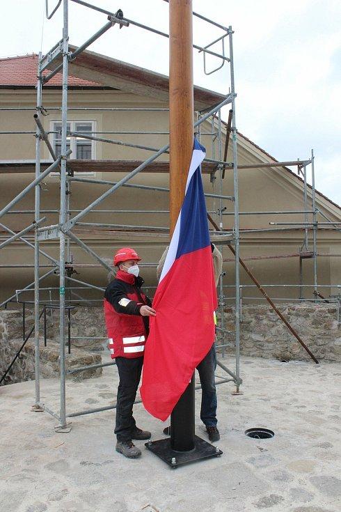 Na hradu od čtvrtka také vlaje česká vlajka. Jde o navázání na tradici  vlajkového stožáru, který byl poprvé vyobrazen s hradem už v roce 1860.