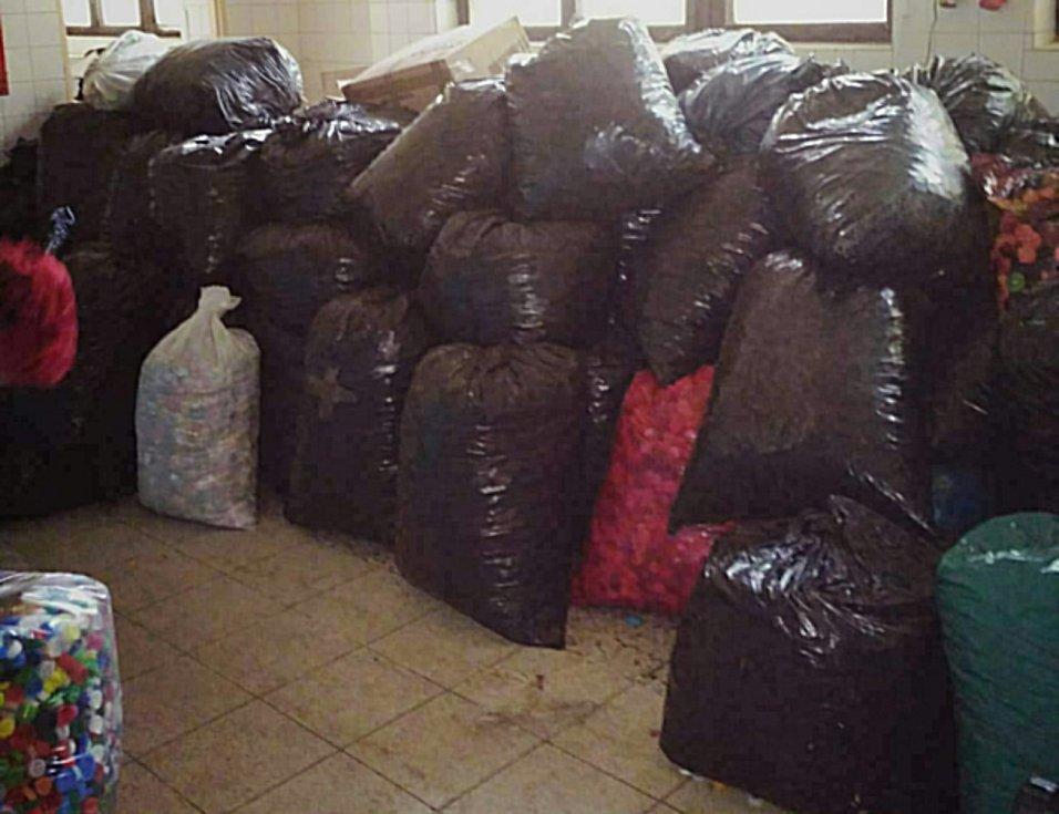 Policisté i občanští zaměstnanci Policie ČR Karlovarského kraje ve sbírání víček nepolevují a shromažďují je už téměř pět měsíců.