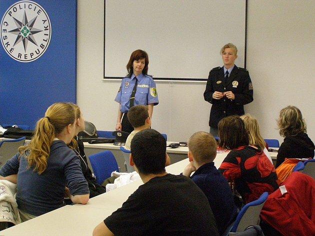 Šanci nahlédnout pod pokličku práce policistů a strážníků dostaly počátkem tohoto týdne děti ze Speciální školy v Habartově.