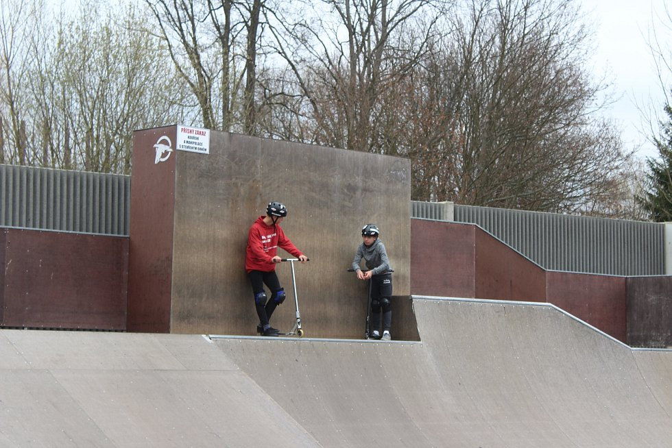 Ostrovský skatepark je opět otevřený. V sobotu zde dováděli kluci na koloběžkách.