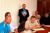 ATTILA DÖME (stojící) odpovídal na úterním zasedání na dotazy ostrovských zastupitelů.