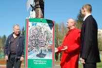 Vysazení Stromu míru na zahradě karlovarského gymnázia bylo mimořádnou událostí podpořenou i účastí představitels spolku Jóga v denním životě Mahámandaléšvara Svámí Vivékpuriho.