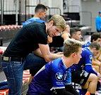 Karlovarští florbalisté (v modrém) povinně zdolali v sedmém 1. ligy v Hale míčových sportů tým Os