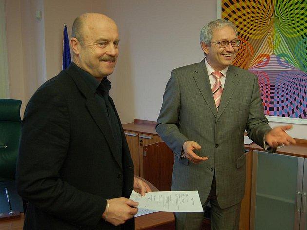 Střídání stráží. Bývalý hejtman Josef Pavel (vpravo) a nový hejtman Josef Novotný.