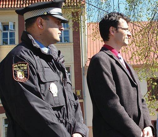 SLÍBILI DOHLED. Jan Sekot (na snímku vlevo), pověřený velením policie v Nejdku slíbil na akci Den s Deníkem lidem, že strážníci budou na rušení klidu a požkozování majetku důrazně dohlížet. Foto: Deník/Jana Kopecká