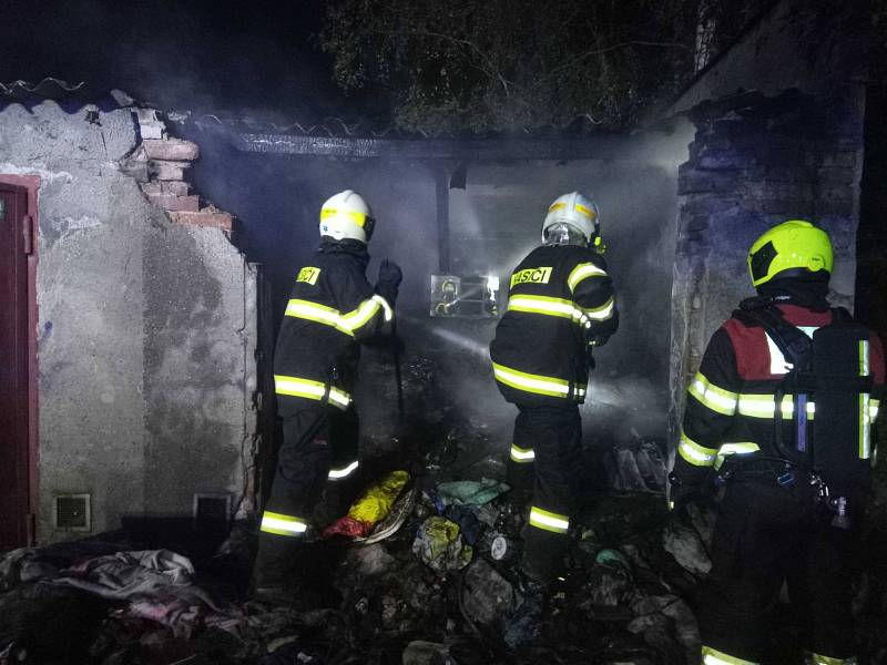 Požáry strojů, lesa i nehody aut a motorkářů. Hasiči zasahovali u 55 událostí