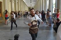 Výčepní, vrchní, číšníci a servírky proběhli Mlýnskou kolonádou v Karlových Varech jako Josef Abrahám v roce 1980