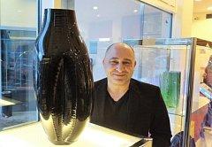 DESIGNÉR A VÝTVARNÍK Jaroslav Bejvl s Vetřelcem – tak se jmenuje černý skleněný objekt na snímku.