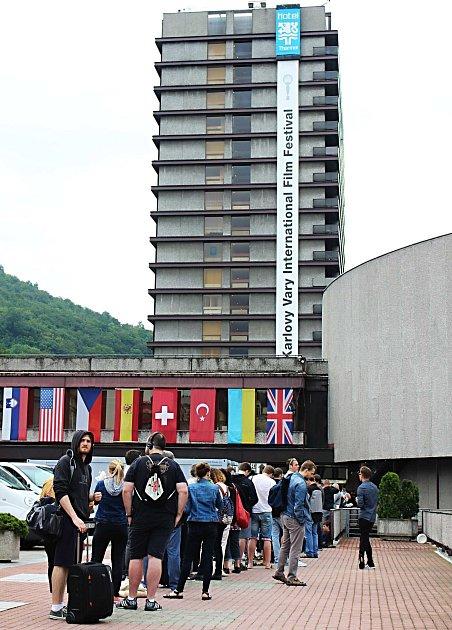 Karlovarský hotel Thermal, centrum festivalového dění, je v obležení filmových fanoušků.