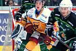 Hokejisté HC Energie (v zeleném) hostili Jihlavu. Petr Stloukal před brankou Dukly