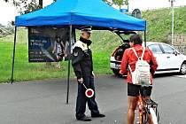 Preventivní akce strážníků zaměřená na cyklisty.