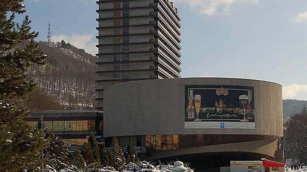 Výstavbou hotelu Thermal přišly Karlovy Vary o architektonicky zajímavou část města.