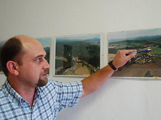 Starosta Šemnice Vladislav Tůma (na snímku) ukazuje na mapě hlavní lokalitu v Sedlečku, kde chce soukromá společnost postavit desítky rezidenčních domů.