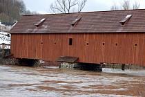 Hladiny začaly klesat. Zároveň s tím začíná sčítání škod. Voda zaplavila zahrádky, sklepy a někde i domy. Vyplavila novou karlovarskou loděnici a smetla část Meandru Ohře v Karlových Varech