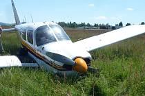 Na karlovarském letišti přistálo letadlo s poškozeným podvozkem.