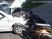 Při vážné nehodě v Karlových Varech zemřel motorkář.