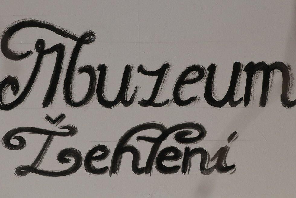 Z rodinného muzea žehlení a praní v Bečově nad Teplou.