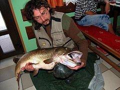Rybář Leoš Ševčík chytil na Karlovarsku 120 centimetrů dlouhou a 14,5 kilogramu vážící štiku.