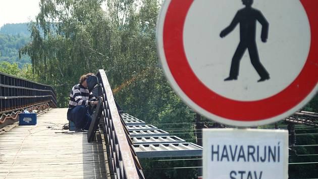 Lávka pro pěší přes koleje u Horního nádraží je dočasně uzavřena kvůli opravám.