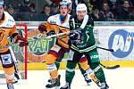 Hokejisté HC Energie (v zeleném) hostili Jihlavu. Kverka před brankou Dukly