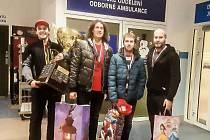 VZÁCNÁ NÁVŠTĚVA. Nohejbalisté (zleva) Matěj Medek, Jan Vanke, Karel Hron a Michal Valenta přinesli i obrovský pohár.