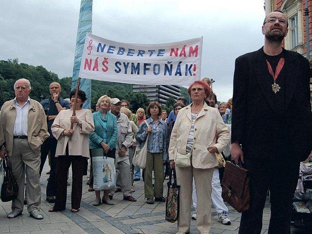 Lidé se na demonstraci dozvěděli, jaké problémy trápí hudebníky Karlovarského symfonického orchestru.