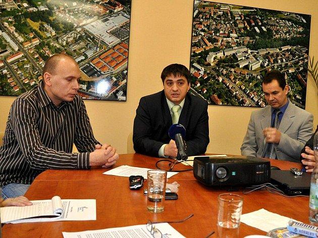 Na tiskové konferenci v Karlovarské krajské nemocnici (KKN) oznámil její ganerální ředitel Jiří Fojtík (uprostřed) ředitele pro lékařskou péči Filipa Bergera (vlevo). Jeho nástupcem se stal Ilja Horník (vpravo)
