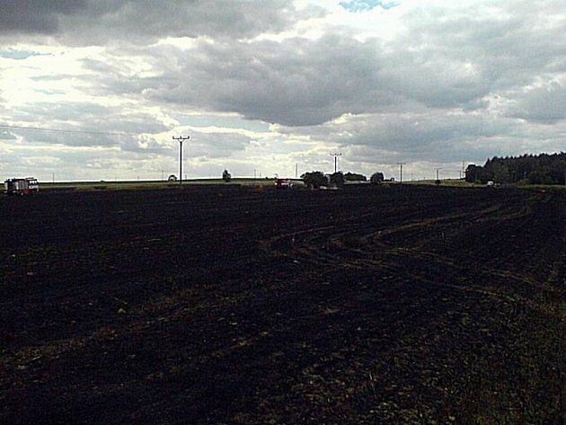 Hasiči a policisté vyjížděli v úterý k požáru pole ve Staré Roli.
