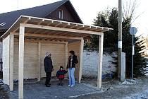 NOVÁ ZASTÁVKA. U tamějšího paneláku v Dobré Vodě postavili Romové novou autobusovou zastávku.