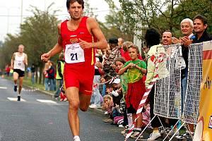 Vítěz Ostrovské míle Tomáš Belada dobíhá do cíle.