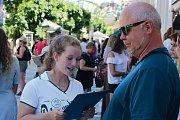 Dívky vyzpovídaly návštěvníky festivalu a rozdávaly vouchery na pivo