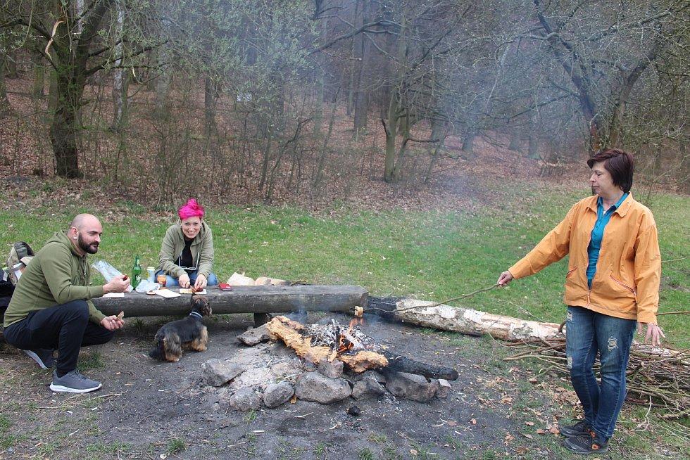 Milan Antal a Lucie Bílková si přišli letos opéct buřta na Velkou tuhnickou louku. Na místě se potkali s Petrou Fišerovou.