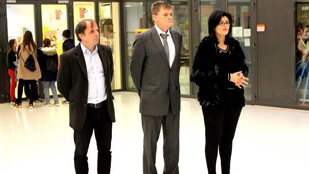 Ocenění si převzali (zleva) Pavel Žemlička, ředitel SPŠ Ostrov, Jaroslav Vlček, zástupce ředitele ISŠTE Sokolov, a Markéta Šlechtová, ředitelka SUPSKV.