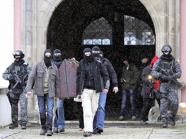 Přísná bezpečnostní opatření si vyžádal převoz relikviáře svatého Maura do Prahy. O transport se postarali policisté Útvaru rychlého nasazení.