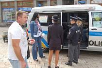 KUDY A KAM? To jsou nejčastější dotazy, na které odpovídají policisté a strážníci, kteří slouží v mobilním informačním středisku. Díky policejnímu tlumočníkovi (vpravo) mohou požadavky návštěvníků festivalu vyřizovat v několika světových jazycích.