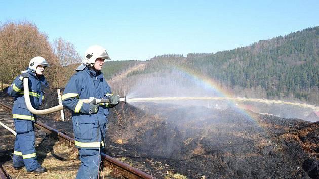 Karlovarští hasiči museli v úterý 29. března odpoledne likvidovat požár louky. S hašením pomáhal i vrtulník.
