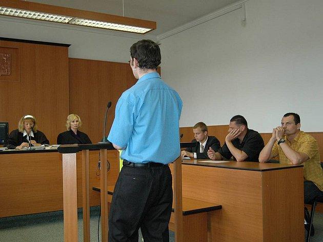Hemzáčkovi u soudu. Lothar a Martin (oba vpravo na snímku) stanuli včera u soudu. Jsou obžalováni z brutálního napadení.