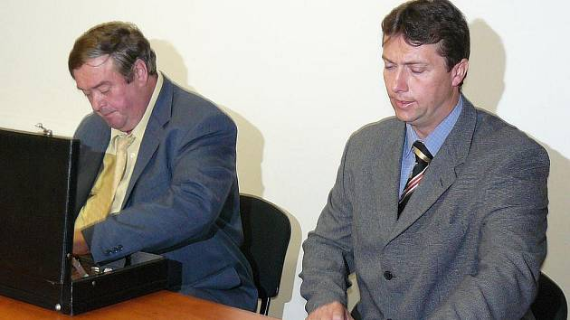Sokolovský policejní důstojník Radek Neděla (vpravo) u Krajského soudu v Plzni.