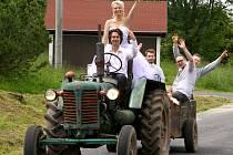 Manželství se zavčas povedlo uzavřít manželům Seidenglanzovým. Ti si své ano řekli na zahradě domu v Přebuzi. A nemohla chybět ani netypická první vyjížďka šťastné dvojice po městečku.