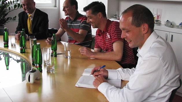 Po volbách už naplno začala vyjednávání o nových koalicích. Na snímku lídr KOA a primátor Petr Kulhánek (vpravo) debatuje se zástupci karlovarské čtyřkoalice.