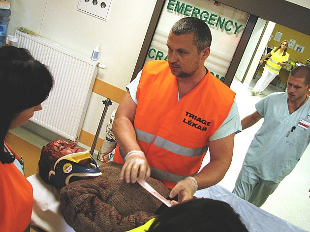 OBĚTI HAVÁRIE vypadaly skutečně věrohodně, zdravotníci s nimi také tak jednali.